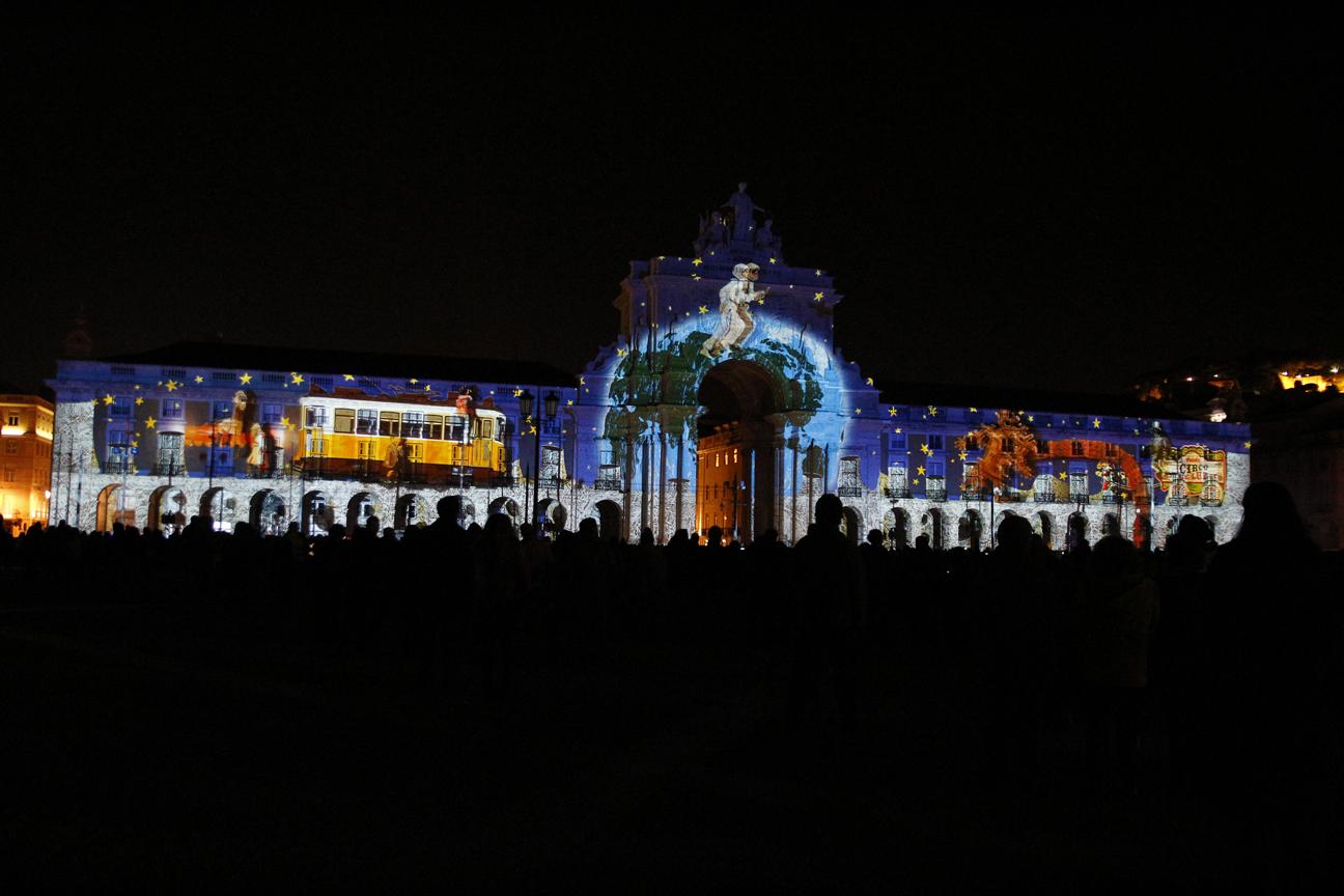 Plaza del comercio iluminada en Lisboa