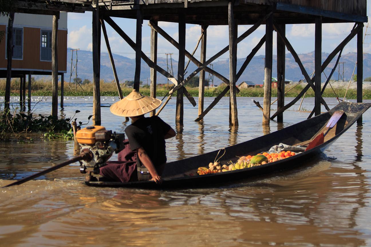 Transportando comida por el lago Inle