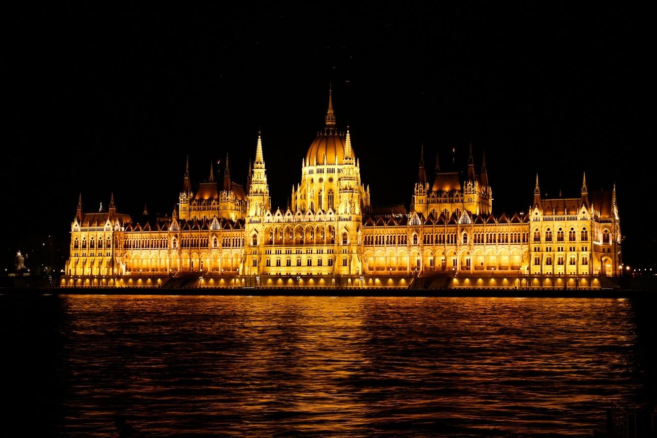 Que ver en Budapest - el parlemento iluminado de noche