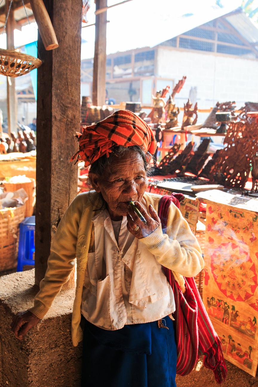 Que ver en el lago Inle - Mujer fumando tabaco de Myanmar