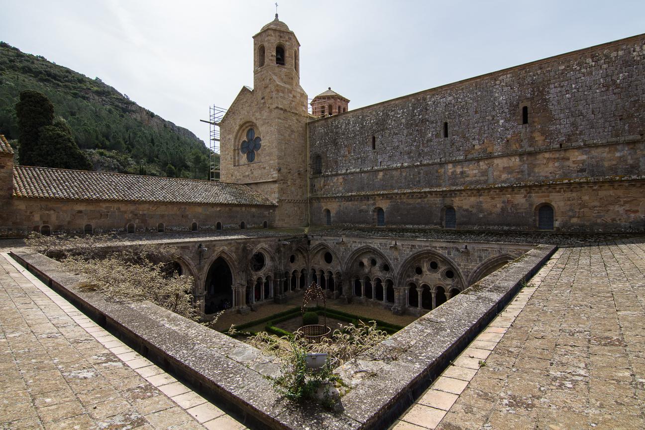 Sobre el claustro de la abadia de Fontfroide