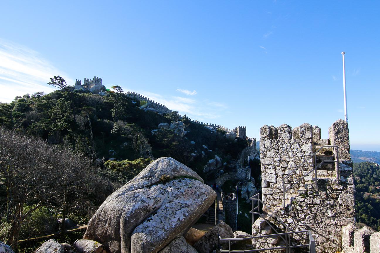 Sobre la muralla del castillo de los moros en Sintra