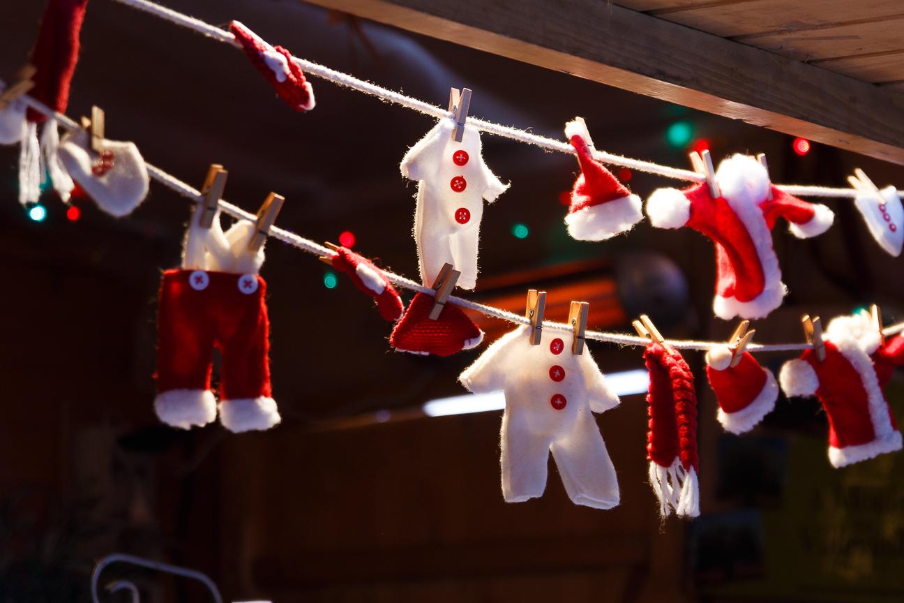 Tendedero con ropa de Navidad