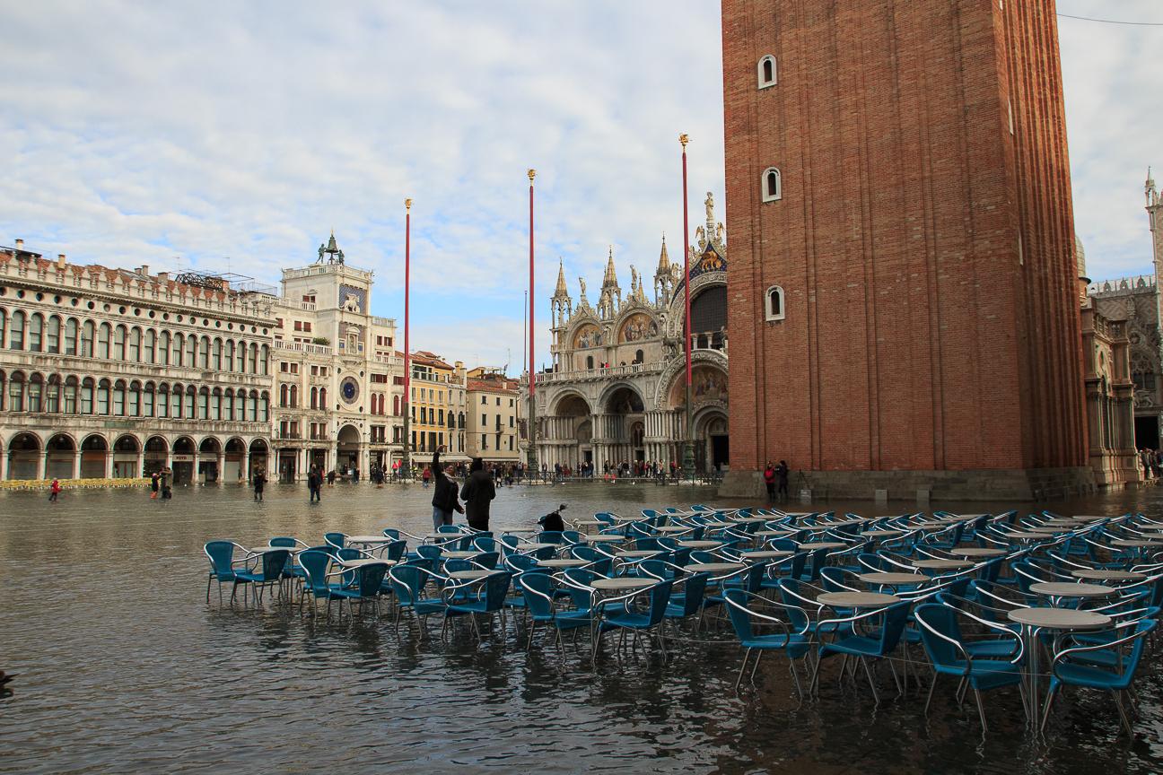 Terrazas con el Acqua Alta en San Marco