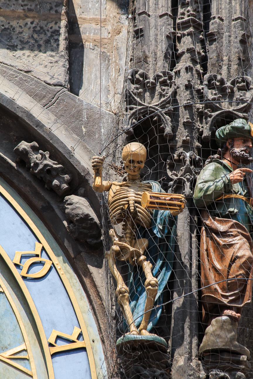 Tocando las campanas de la muerte en el reloj astronomico de Praga