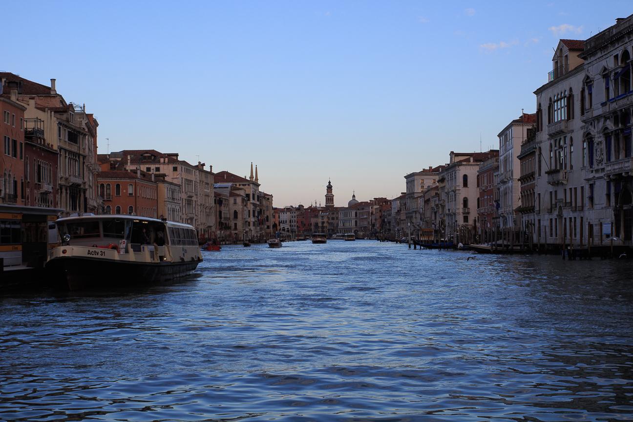 Vaporetto en el Gran Canal de Venecia