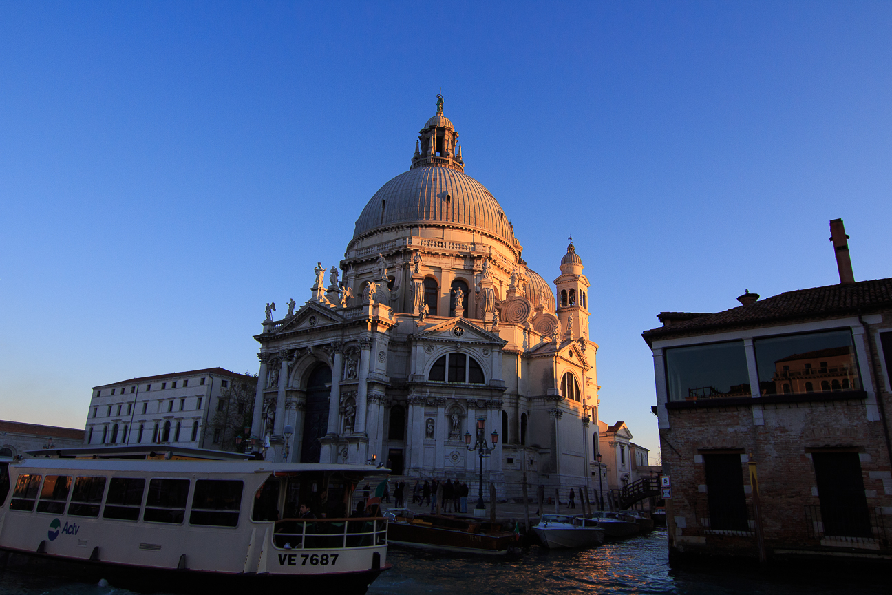 Vaporetto frente a la Salud en Venecia