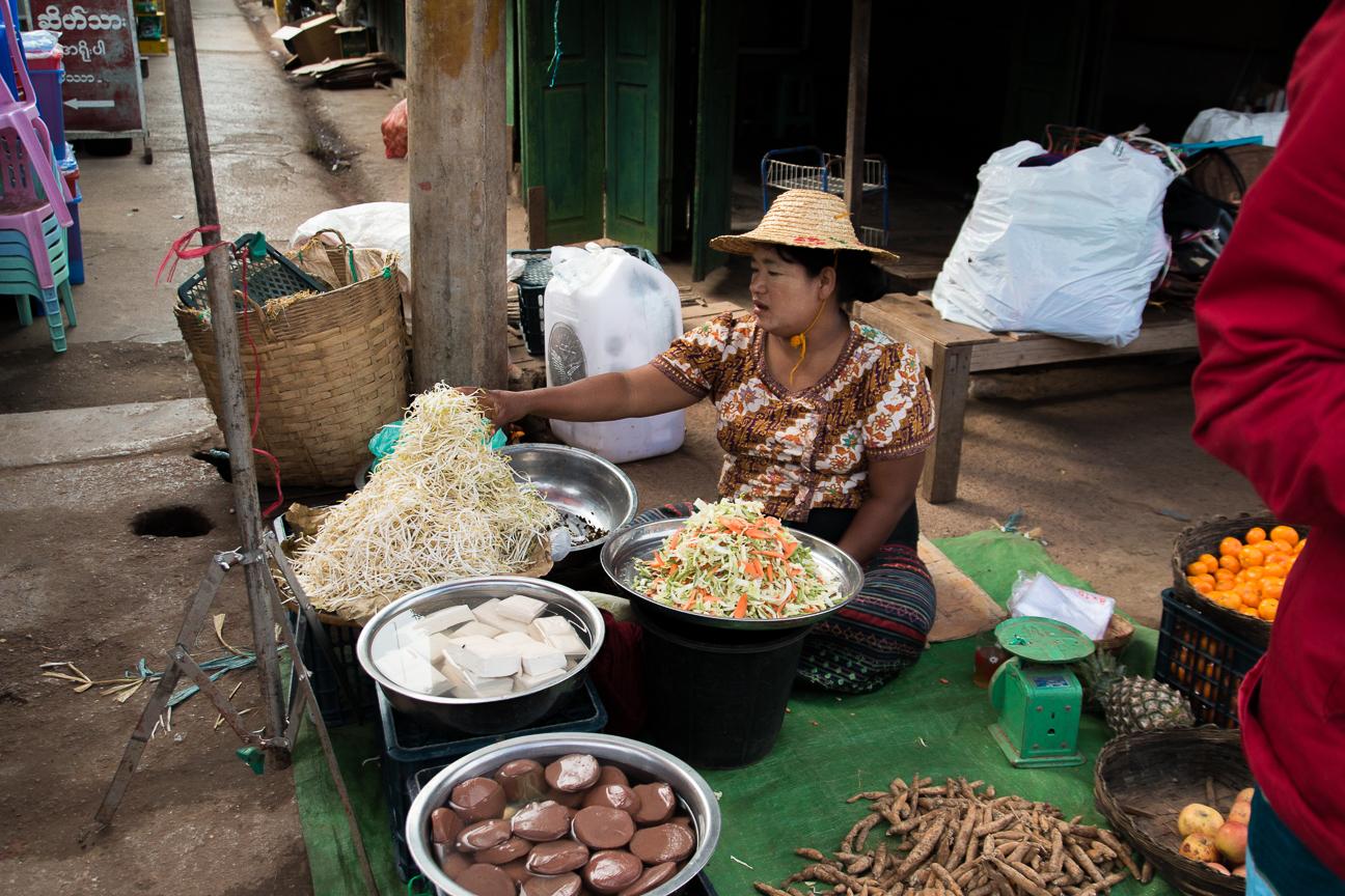 Vendiendo en el mercado de Kalaw