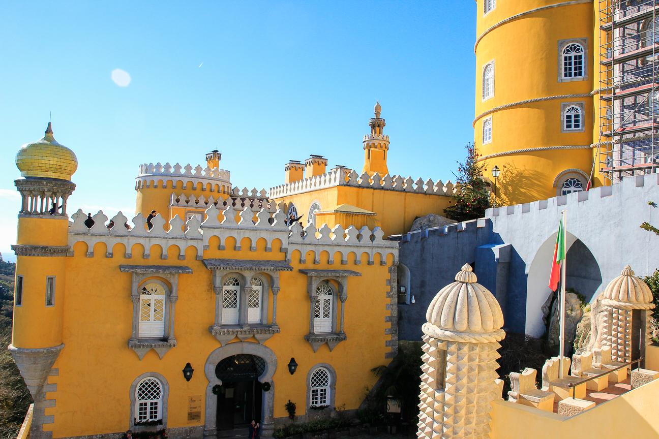 Viajar a Lisboa Castillo da Pena pintado de amarillo