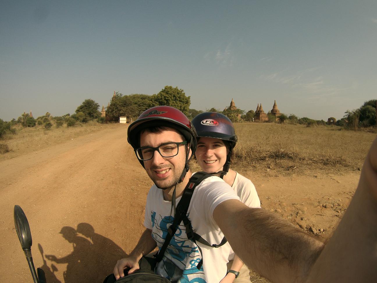 Visitando Bagan en moto electrica