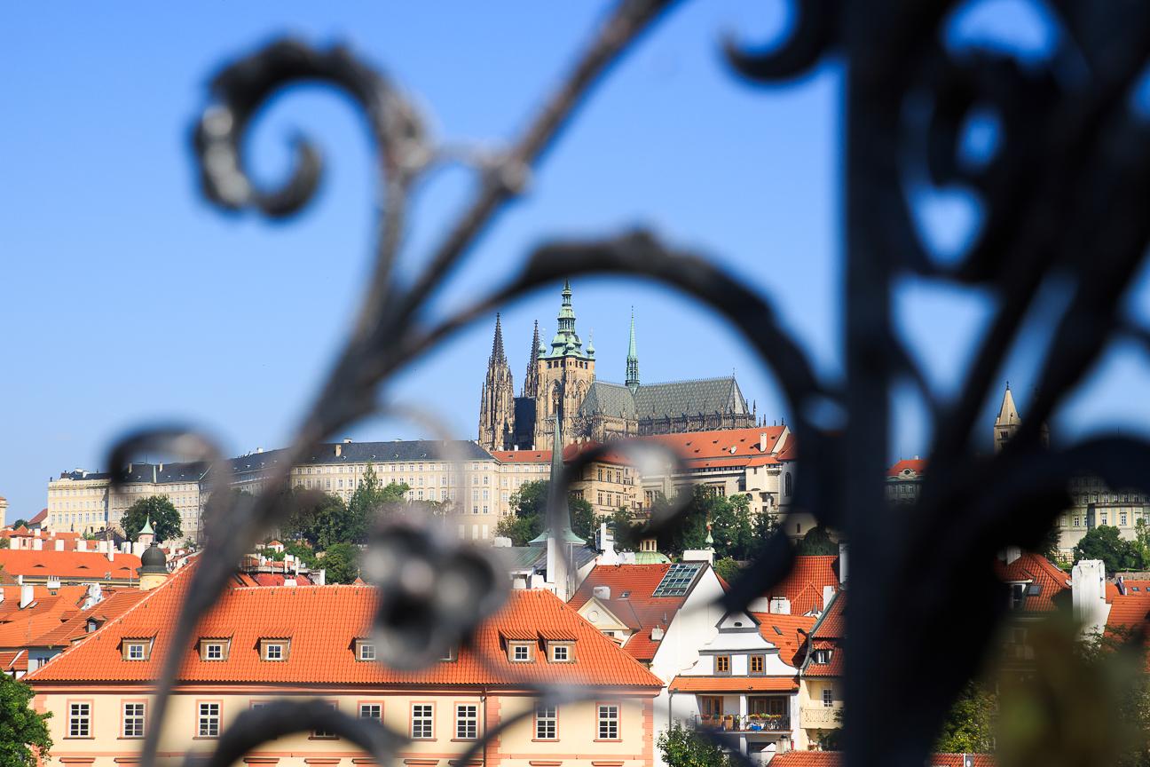 Vista al castillo de Praga desde el Puente de Carlos