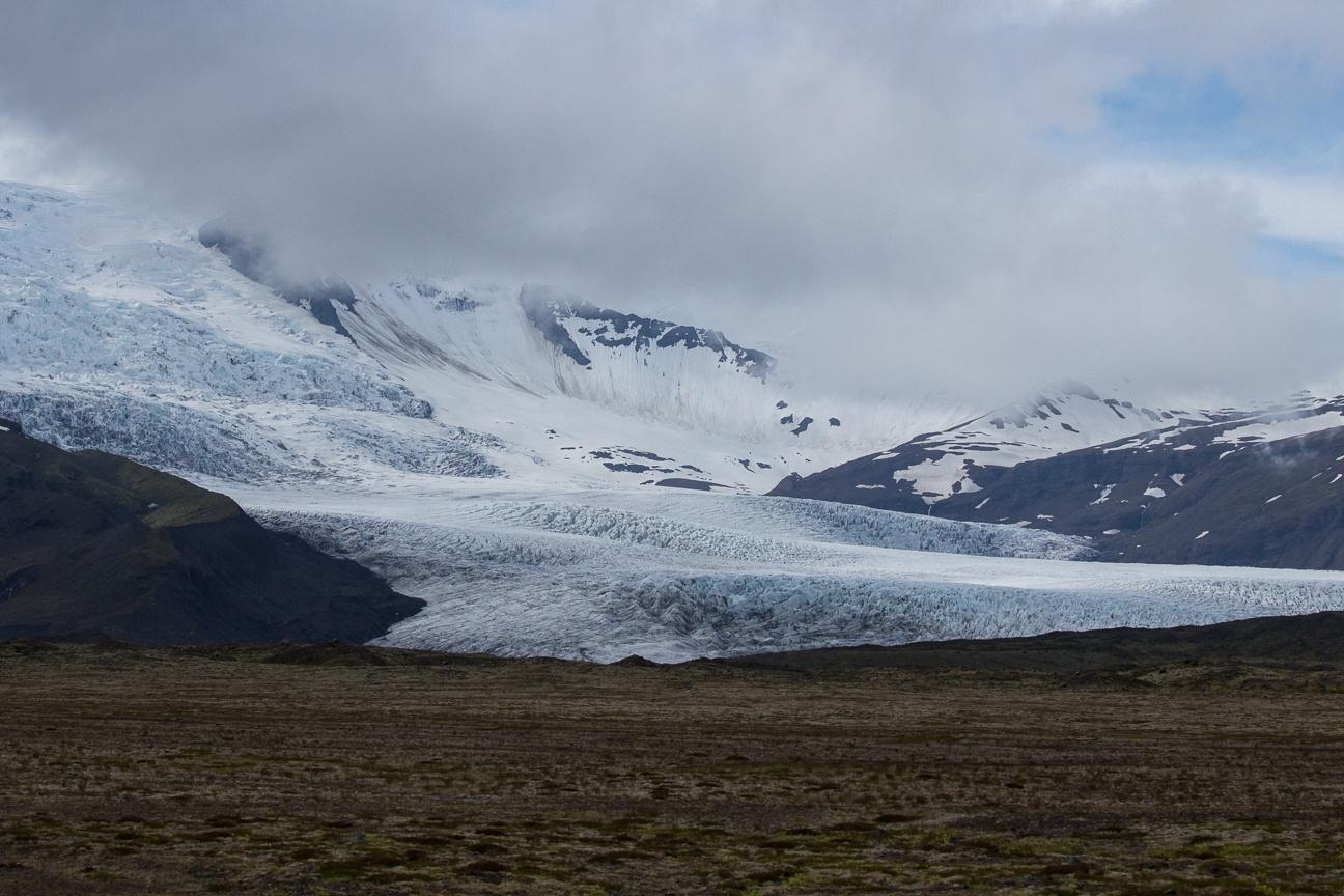 Vista de lejos de la lengua de glaciar del Vatnajokull