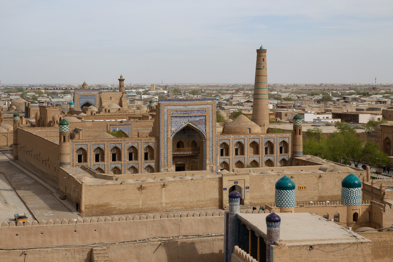 Vistas a la Madraza Muhammad Rahim Khan II desde el Kunya Ark